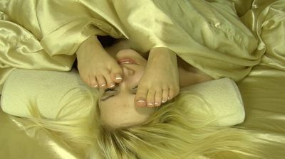 60835 - LESBIAN  FEET FACE RUB IN BED