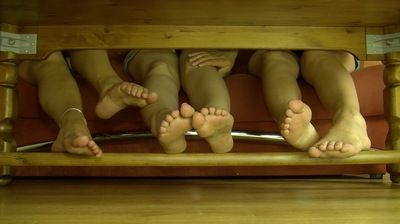 66661 - 3 GIRLS UNDER TABLE FOR A PLAY