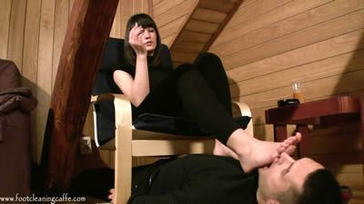65527 - Cleaning Mistress Larissa's feet