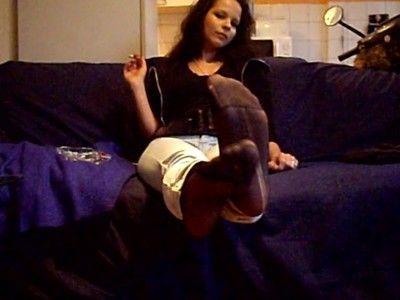 Puma-Girly montre ses pieds en nylon!