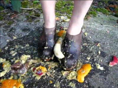 21612 - Melanie chrush some fruits with clogs