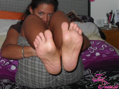 24174 - Turkish Girl Colours her Feet and shows them to you